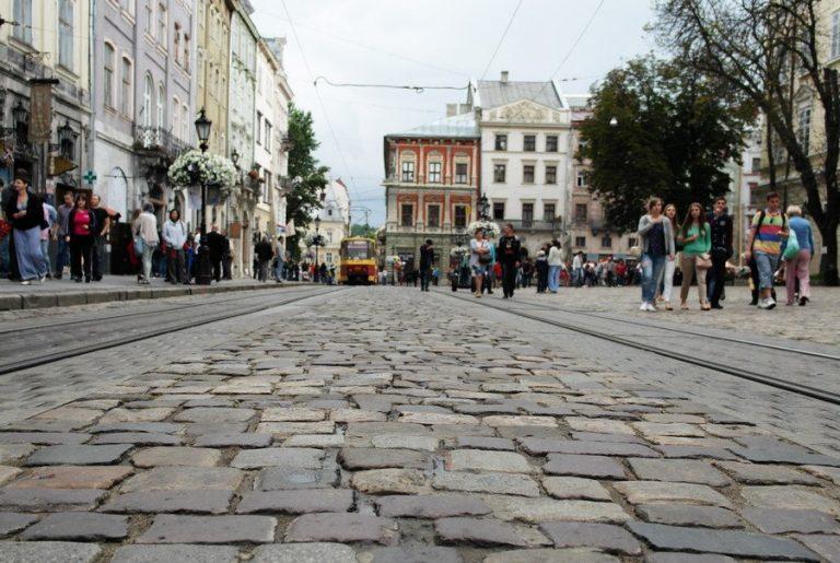 Львів'яни просять місто замінити погану бруківку на площі Ринок, – ФОТО