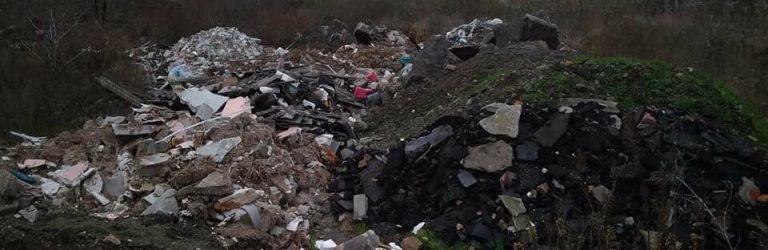 Біля кінцевої зупинки маршрутки кременчужани створили сміттєзвалище