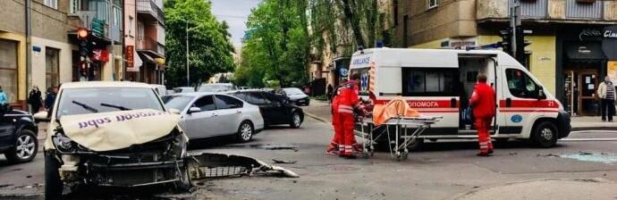 """Легковушка столкнулась со """"скорой"""" во Франковске: та перевернулась, 3 человека в больнице"""