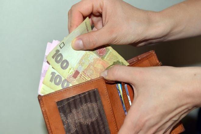 Українцям затримуватимуть пенсії та зарплати