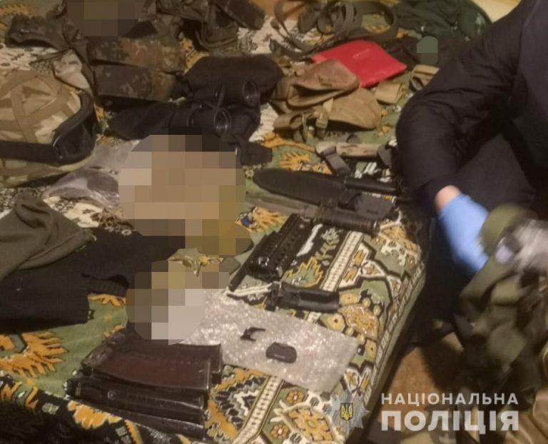 Цілий арсенал зброї тримав чоловік удома у Луцьку