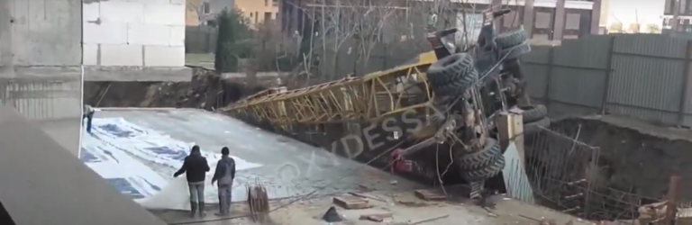 Второе ЧП за месяц: кадры падения крана в Одессе, – ВИДЕО