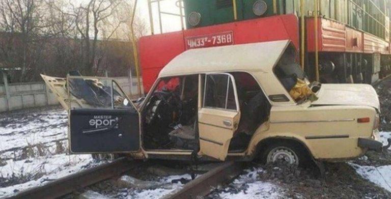 Под Винницей ВАЗ столкнулся с локомотивом. Водитель в реанимации. Фото
