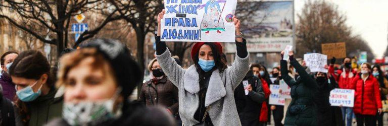 """Приют для жертв домашнего насилия и равные права: в Запорожье прошёл Марш женщин и акция """"Смотри, куда жмёшь"""", – ФОТОРЕПОРТАЖ"""