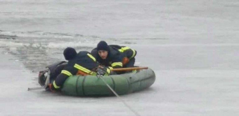 В Виннице спасли мужчину, который провалился под лед (фото)