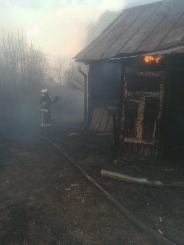 У селі на Рівненщині сталася пожежа: спалахнув сарай, після чого вогонь перекинувся і на сусідній будинок (ФОТО)