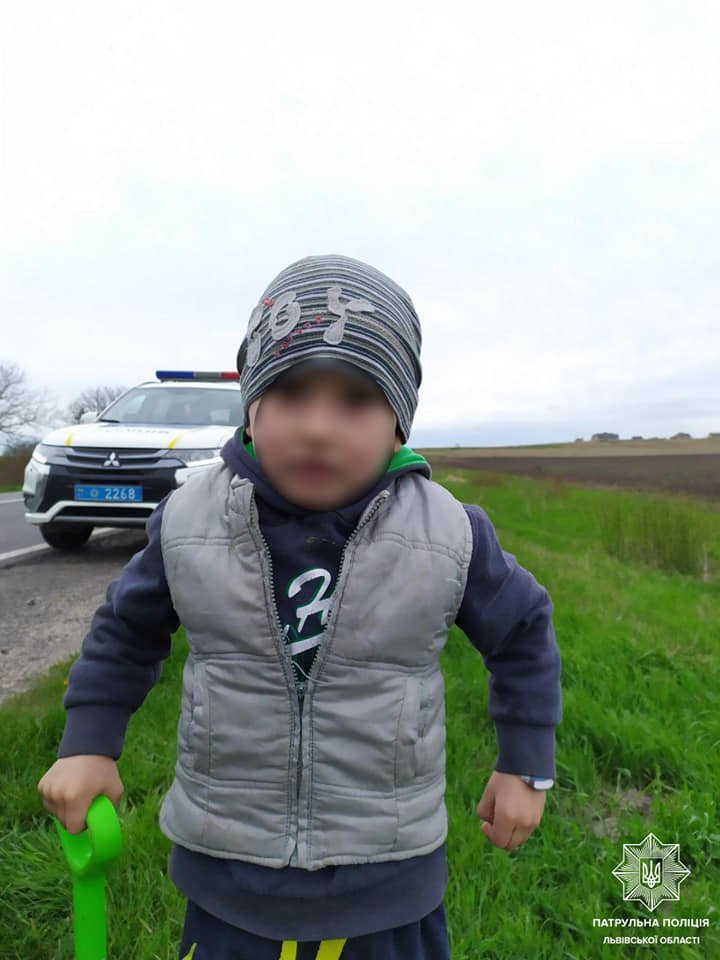 На Львівщині патрульні повернули рідним 3-річного малюка, який відійшов від дому на 3 км, – ФОТО