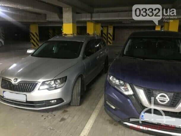 У луцькій новобудові вандал потрощив автівки: порушника забрала поліція