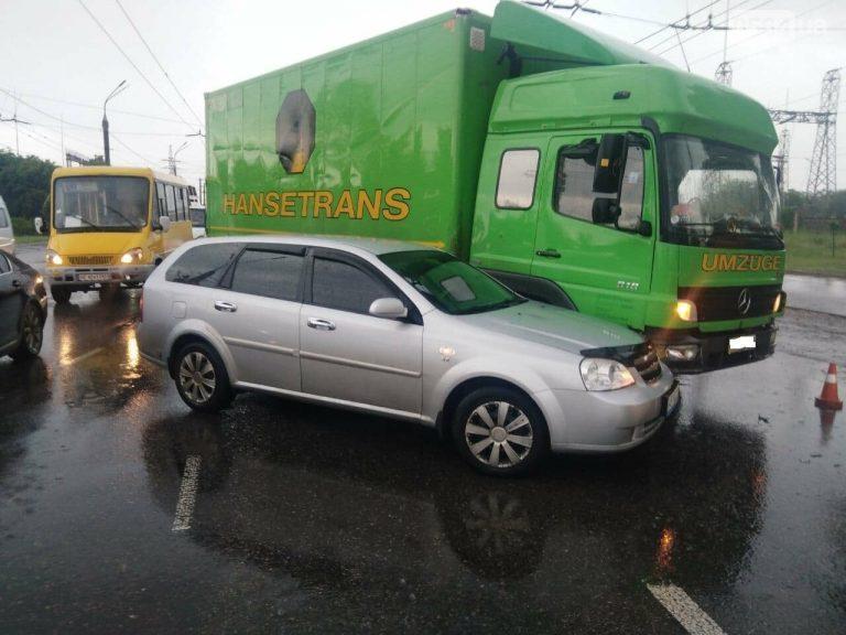 """На """"свадебном перекрёстке"""" в Кривом Роге столкнулись Mercedes и Chevrolet, – ФОТО"""