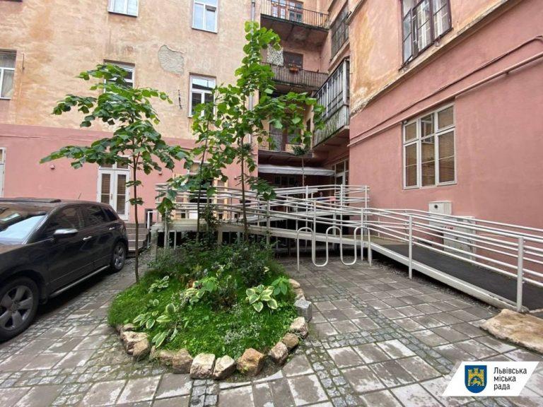 На вулиці Стефаника озеленили дворик мистецього центру, – ФОТО