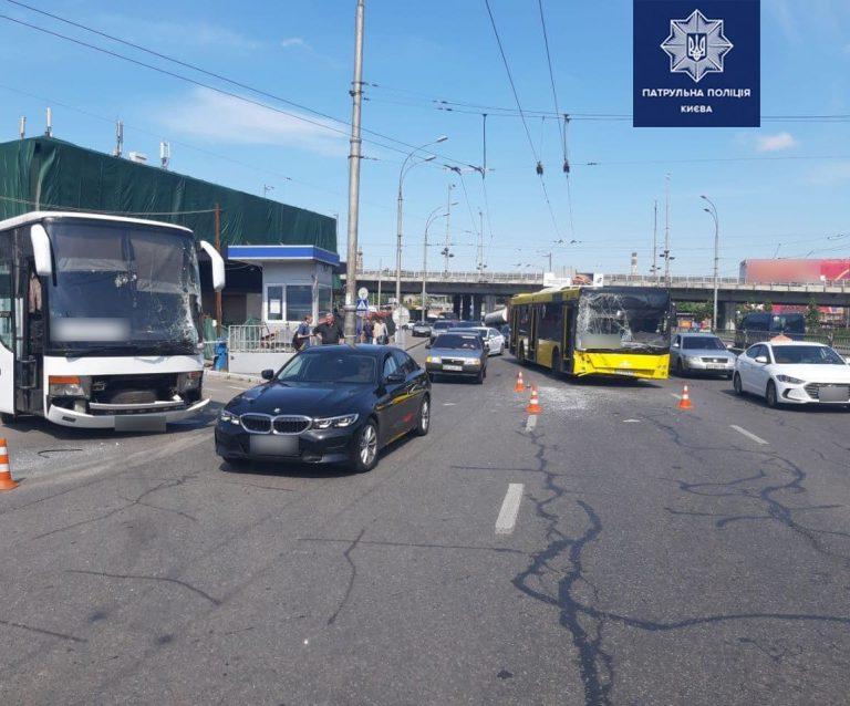 ДТП в Киеве: столкнулись два автобуса, есть пострадавшие, – ФОТО, ВИДЕО