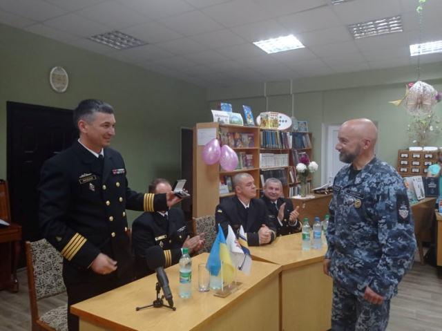 Нагрудний знак від юних моряків отримав колишній командир морського тральщика «Черкаси»