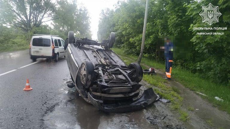 У Львові водій позашляховика «під кайфом» врізався в стовп, а потім «приземлив» авто на дах, – ФОТО